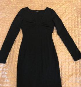 Платье короткое с  вырезом , сидит по фигуре