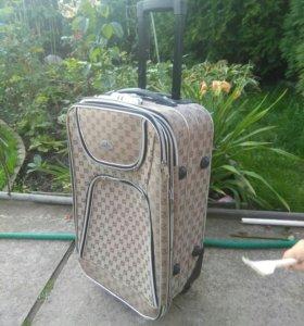 чемодан на двух колесах с выдвижной ручкой
