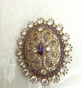 Серый и фиолетовый драгоценный камень