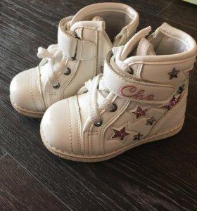 Продам ботинки для девочки р-р22 цена 700 руб