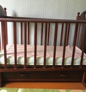 Детская кровать вместе с матрасом.