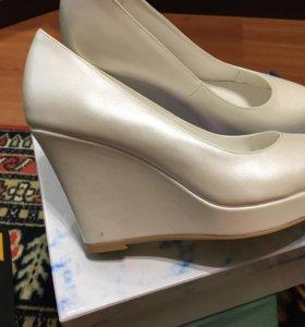 Белые туфли (свадебные)на танкетке