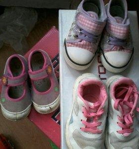 Обувь на девочку.