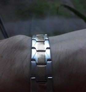 Серебристый браслет с золотой вставкой