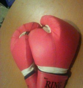 Продаю боксерские перчатки 1.500 руб