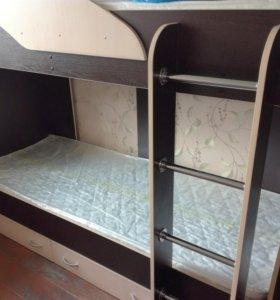 Продам двухъярусную кровать с матрасами