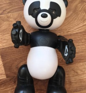 Панда двигает руками,головой глаза светятся