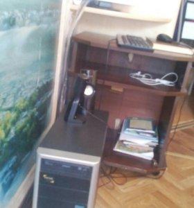 Компьютер с монитором, динамики и клавиатура в мес