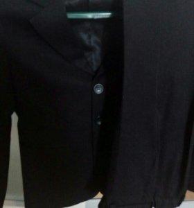 Школьный костюм и рубашки.