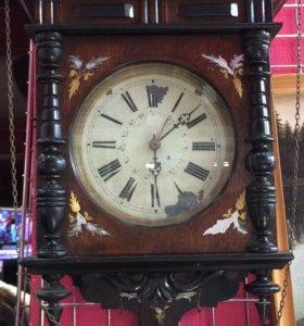 Старинные настенные часы.