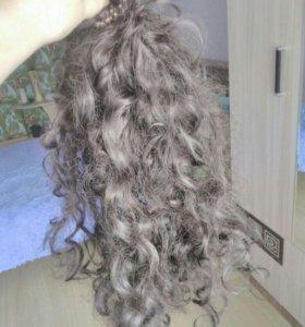 Волосы на заколках кудрявые.