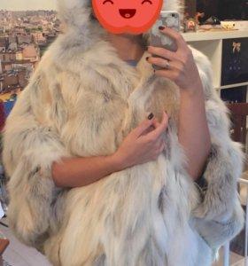 Шуба из белой лисы с кожаным ремешком