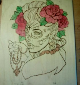 Выжженная картина женщина с розами
