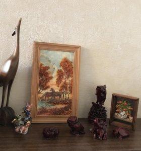 Набор деревянных статуэток плюс картина из янтаря