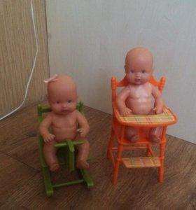 Маленькие куклы с стулом и качалкой