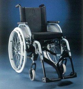 Инвалидное прогулочное кресло и памперсы.