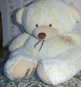 Двух метровый игрушечный медведь.