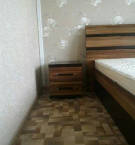 Кровать и две прикроватные тумбы