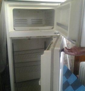 Холодильник. Работает! Морозит- супер!!!!