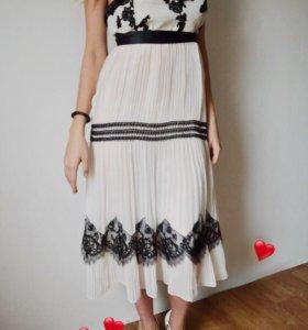 Платье с открытой спиной и черными кружевами