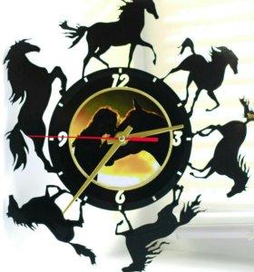 """Настенные часы """"Лошади"""" сделанные из пластинки"""