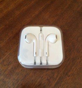 Оригинальные наушники Apple EarPods.