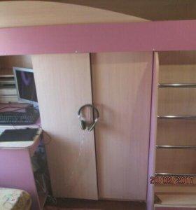 Кровать-чердак, шкаф.