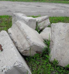 бетонная плита и бетонные блоки