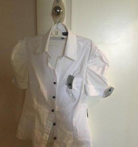 Белая блузка с чёрными пуговицами