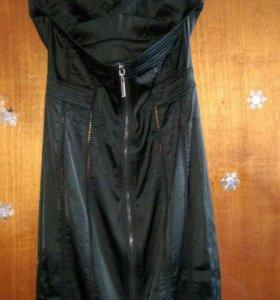 Платье чёрное корсетного типа немного тянется. На