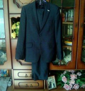 Мужской темно-синий костюм