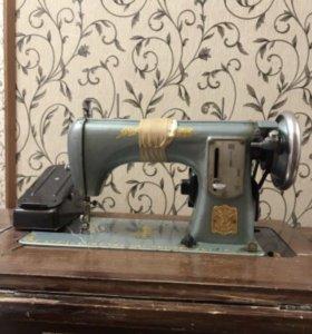"""Швейная машинка марки """"Летающий человек"""" 1958 года"""