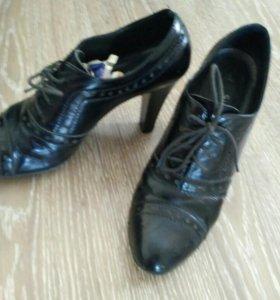 Фирменные лаковые ботинки со шнурками р-р38,5