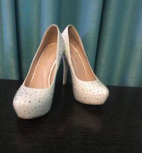 Туфли белые со стразами