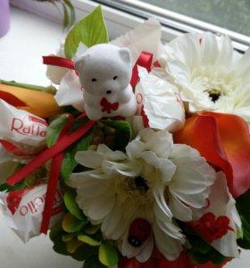 Композиции из искусственных цветов с конфетами.