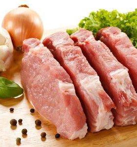 Домашнее свежее мясо свинины и кровяная колбаса