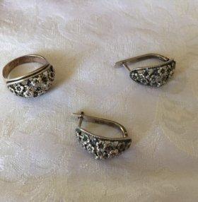 Гарнитур серебряный: серьги и кольцо (размер 17)