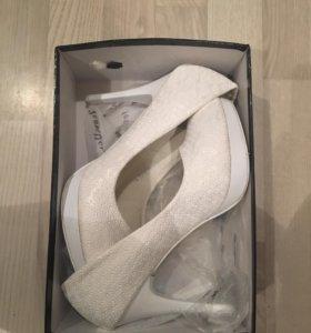 Туфли белые на высоком каблуке