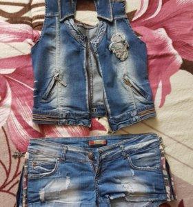 Жилетка и шорты джинсовые.