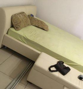 Кровать двухспальная,матрас и пуфик.