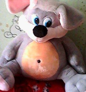 Детская игрушка мышка ждет своего друга
