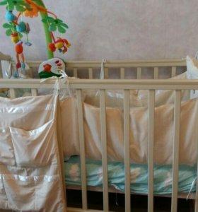 Детская кроватка с матрасом,бортиками,мобилем.