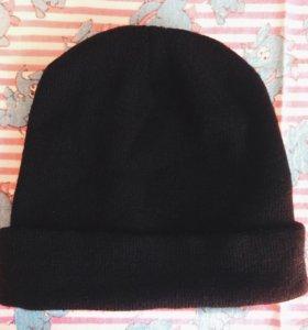 Однотонная чёрная шапка