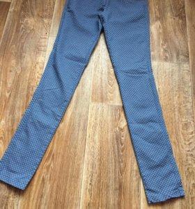 Тёмно-синие джинсы в белый горох