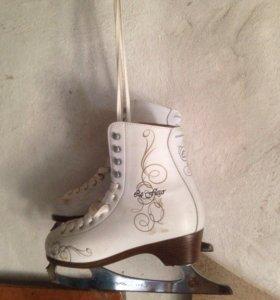 Белые женские фигурные коньки