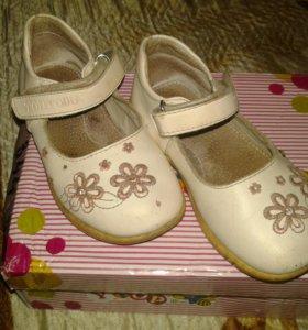 4 пары детской обуви