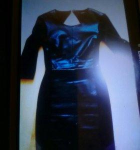 Платье с кожей.