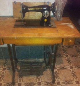Антикварная швейная машина