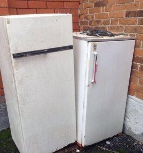 Два старых холодильника