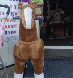 Лошадь-каталка на колесиках.
